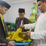 Pemotongan Tumpeng Oleh Bapak Pimpinan Pondok Pesantren sebagai Bentuk Syukur atas Peresmian Majelis Al-Qomar